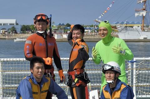 海上保安庁の潜水士ら